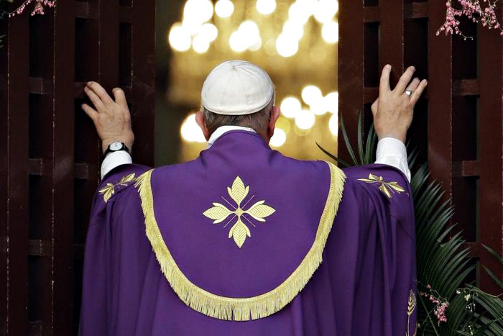 Il Papa apre la Porta Santa a Bangui, capitale spirituale del mondo