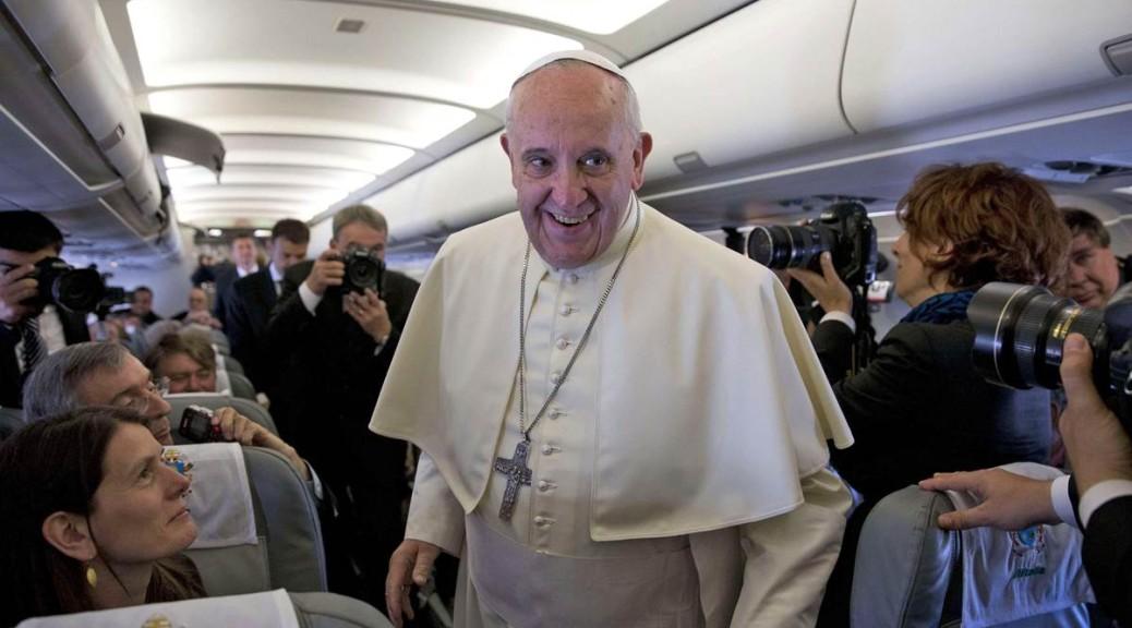 Cosa ha veramente detto Papa Francesco sull'aereo, parola per parola