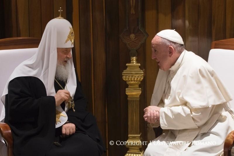 Dopo mille anni di gelo, lo storico abbraccio tra Francesco e Kirill