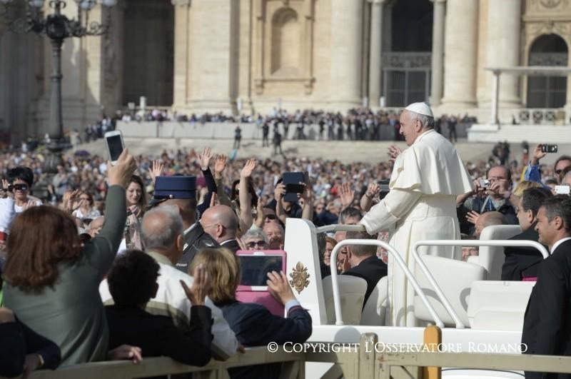 Vedere la Misericordia di Gesù. Papa Francesco abbraccia Lizzy
