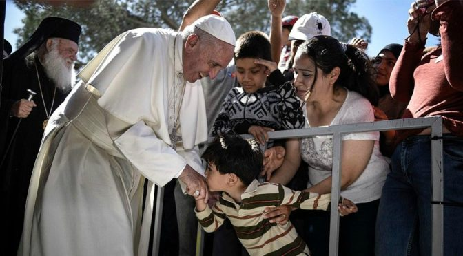 Quella tentazione del Papa davanti a profughi ed emarginati