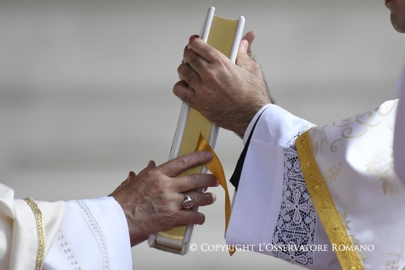 Il Papa e il Buon Pastore, che non conosce i guanti...