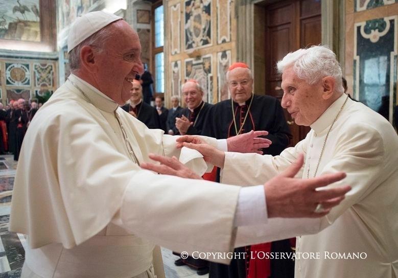 Il nuovo abbraccio tra Francesco e Benedetto