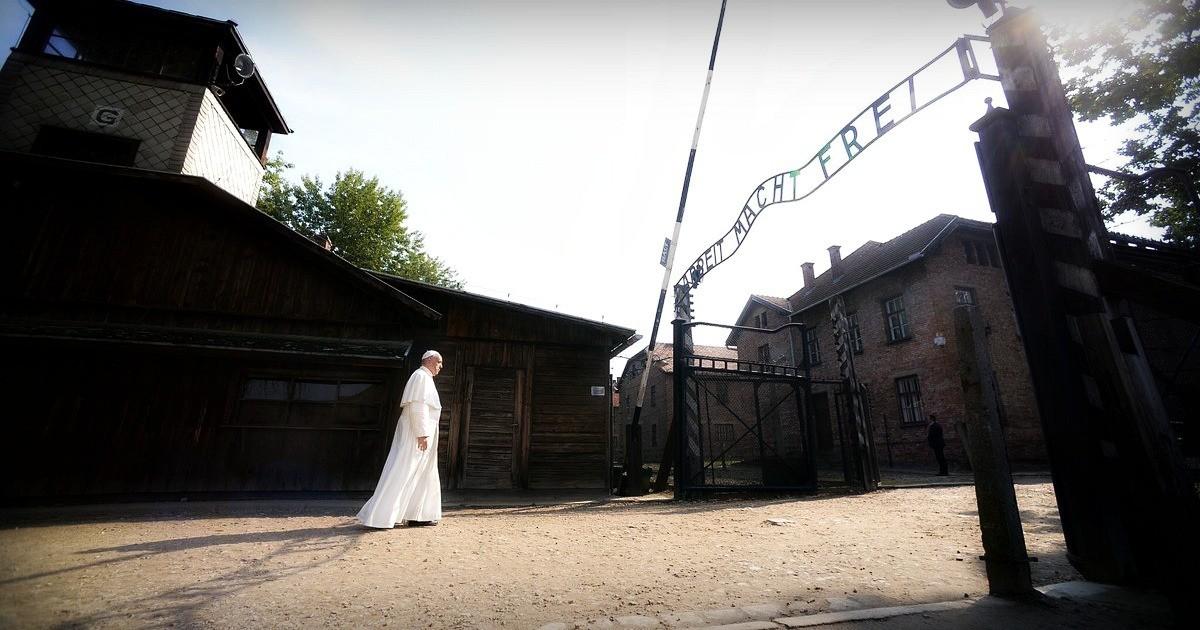 Auschwitz. Il silenzio assordante della preghiera del Papa