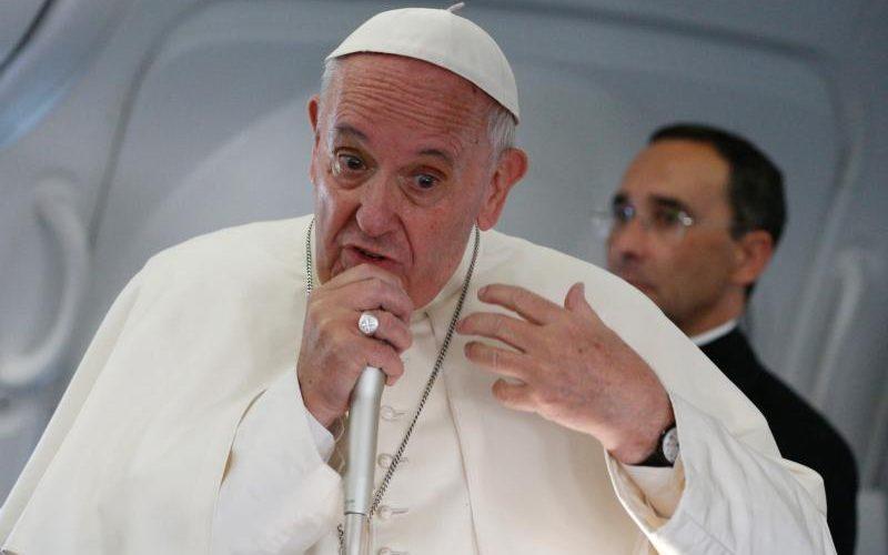 L'intervista del Papa sull'aereo: risposte dirette date guardando negli occhi