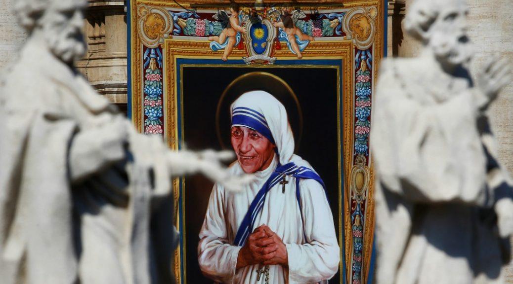 """Da oggi Madre Teresa è santa: """"ha fatto sentire la sua voce ai potenti della terra"""""""