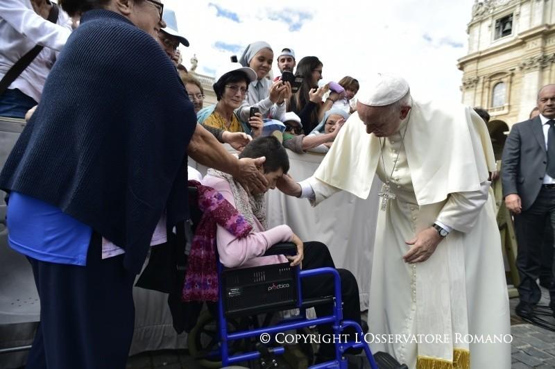Il Papa e gli artigiani della misericordia che sconfiggono il buio della fede
