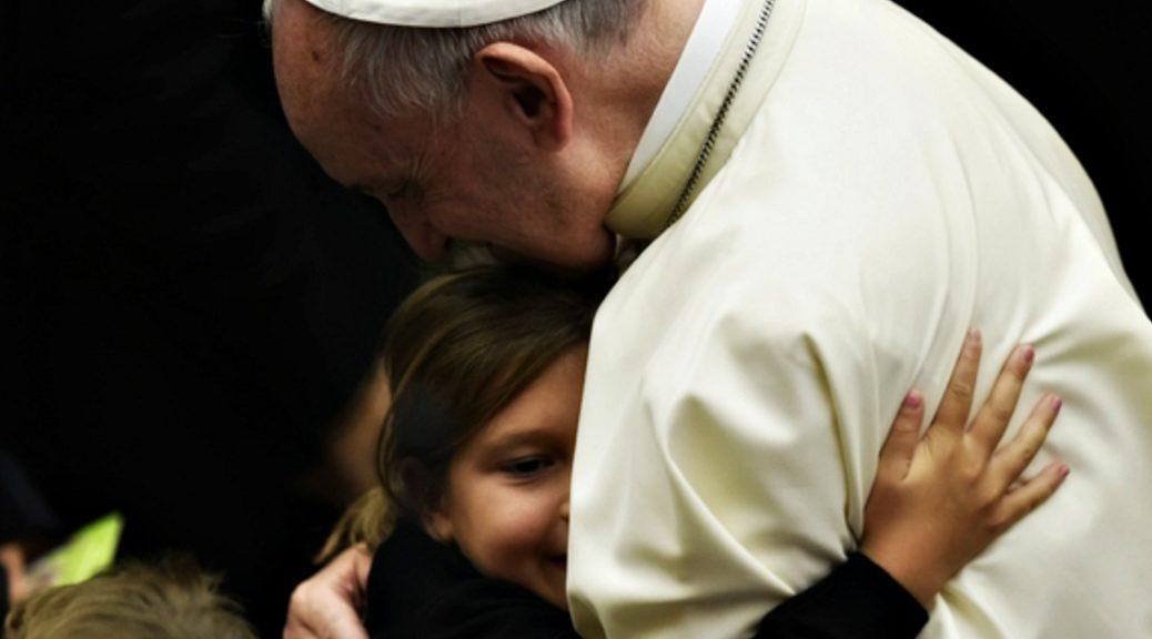 Non cedere alla tentazione dell'odio. Il Papa abbraccia i famigliari delle vittime di Nizza