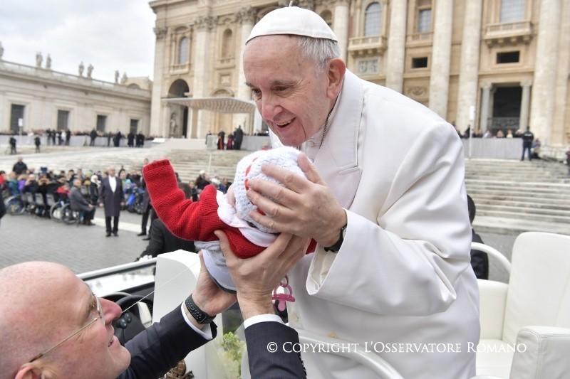 Il Papa: l'orgoglio umano distrugge anche le cose più belle