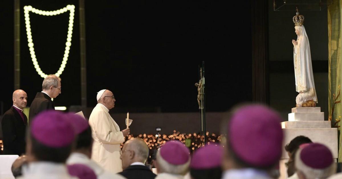 Il Vescovo vestito di bianco al cospetto di Maria